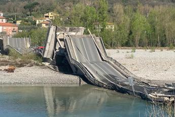 Massa Carrara, crolla ponte: due furgoni coinvolti