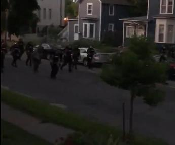 Police shoot paint bullets at home, video shock
