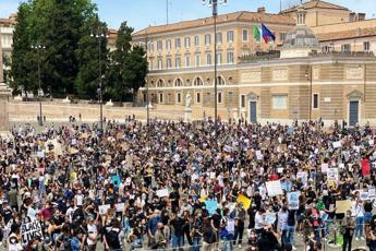 Racism, 6000 Sardines in Rome to say no to violence and power abuse - Video - Photo