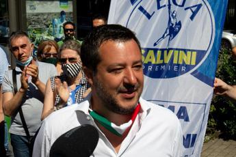 Salvini risponde a Toti: Via maglia della Lega? Ogni cosa a suo tempo