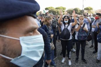 Covid, negazionisti a Roma: sanzioni per 90 'no mask'