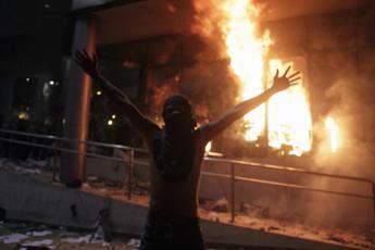 Paraguay, irruzione e fiamme al Parlamento /Foto