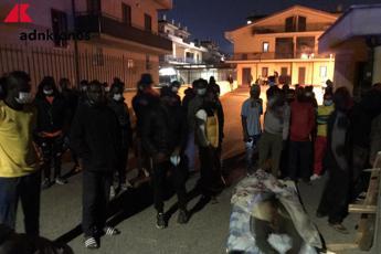 Rivolta migranti, dipendente coop: In 8 chiusi in ufficio e minacciati