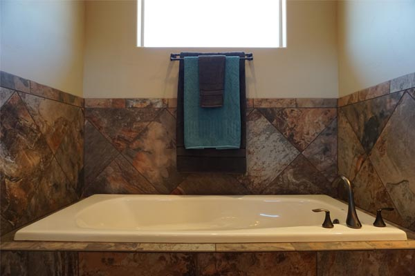 Master Bath tub in 1327 Eagle Way