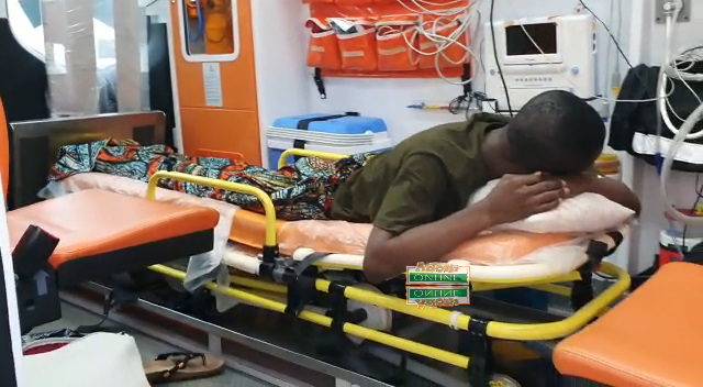 Ambulance driver takes risk to save dying man 'abandoned' by family [Photos+video] 6