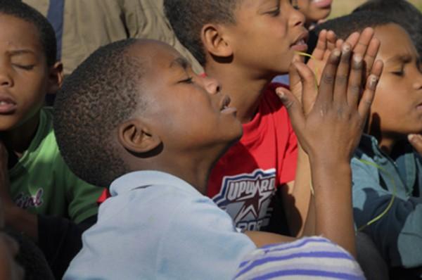 crianças orando na copa do mundo