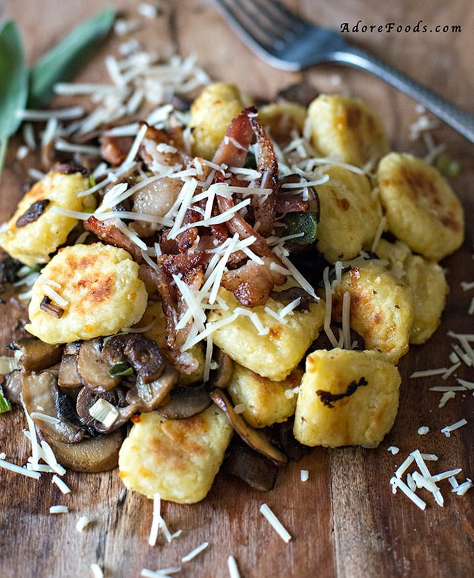 easy toasted gnocchi recipe with sautéed mushrooms and topped with crispy bacon.