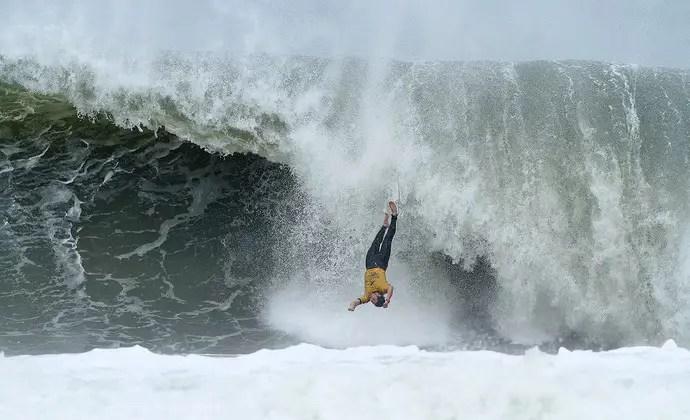 Olha o surfista tomando uma vaca. Termo comum no dicionário do surf