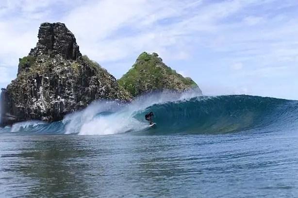 Praia da Cacimba do Padre, um dos melhores picos de surf no Brasil