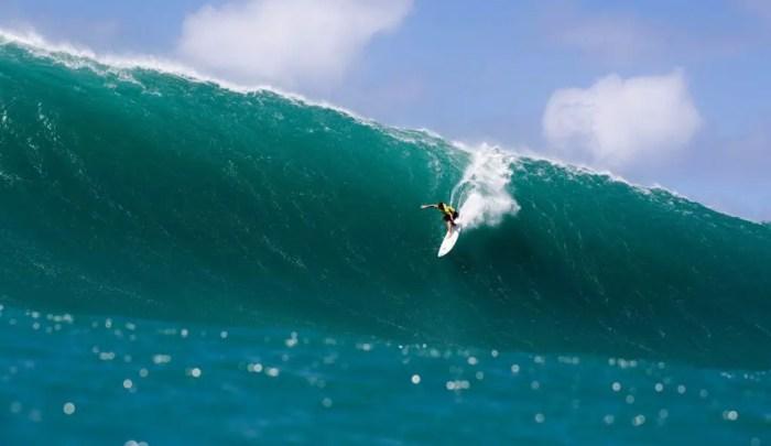 grant twiggy surfando uma onda gigante em waimea
