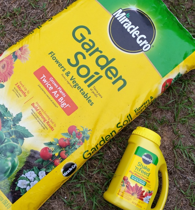 MIRACLE-GRO Shake and Feed and Garden Soil allow my garden to grow twice as big #MiJardinalidad #ad