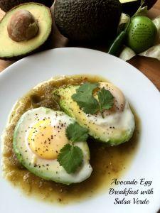 Rica receta para un desayuno de Aguacate con Huevo y Salsa Verde inspirada en los tradicionales huevos rancheros pero con ingredientes más saludables