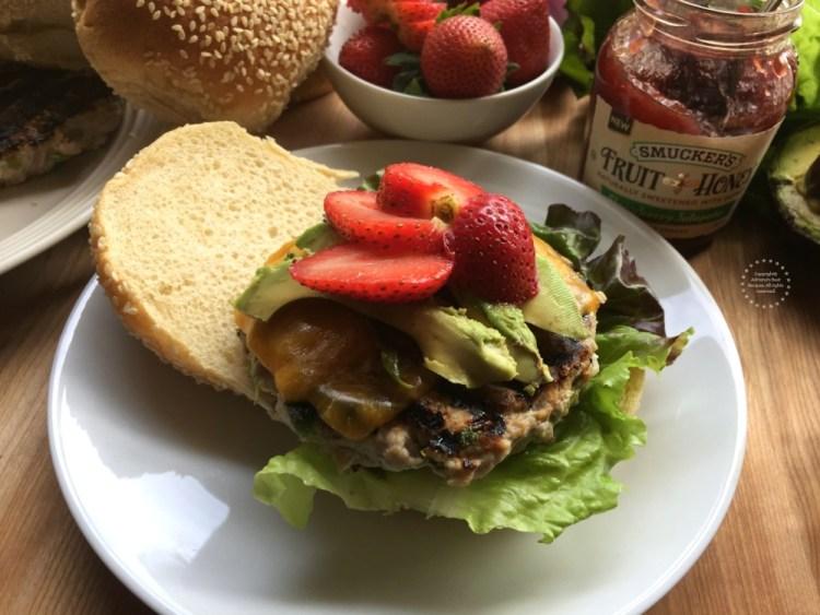 Ensambla las hamburguesas por capas colocando los ingredientes uno a uno