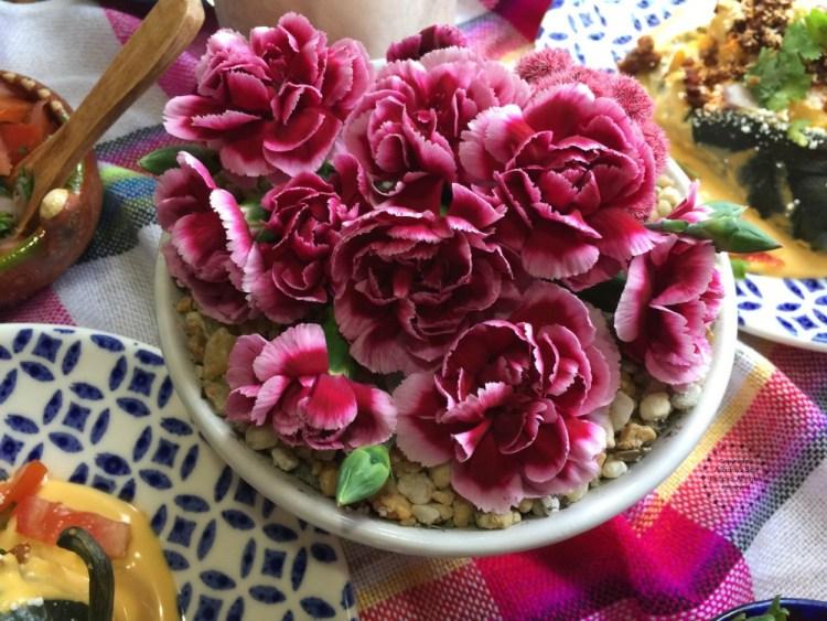 Usando lindos claveles para el centro de la mesa