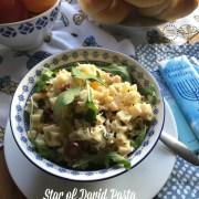 Esta receta para Pasta Estrella de David tiene espárragos tiernos, rúcula, zanahorias arcoiris y queso parmesano