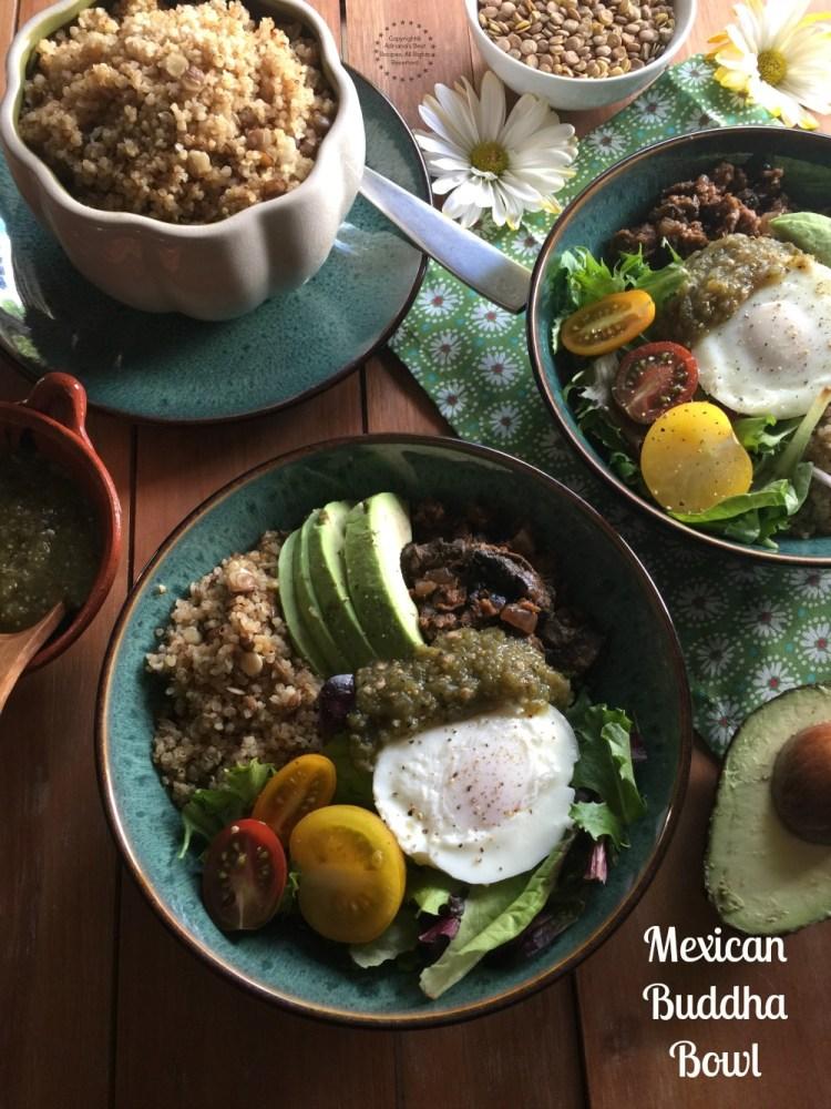Un platillo mexicano vegetariano cocinado con verduras frescas, especias mexicanas y MorningStar Farms Grillers Crumbles. Una receta adecuada para la cuaresma o la dieta vegetariana.
