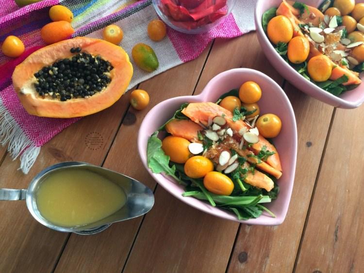 Adereza la Ensalada de Papaya con Kumquats y Aguaymantos con almendras y menta fresca