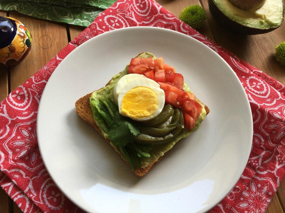 A fun avocado toast inspired in the colors of the Mexican flag