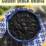 Frijoles negros cubanos hechos con aceite de oliva, sazón cubano, ajo y ajíes cachucha. Una receta muy sencilla pero deliciosa.