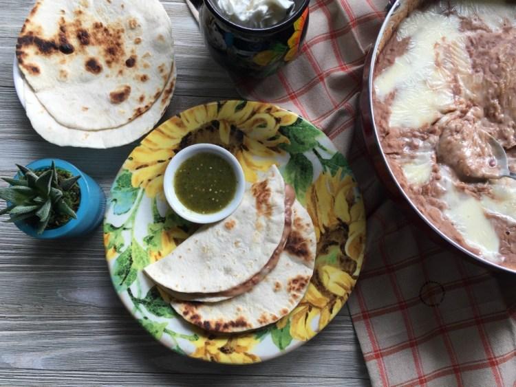 Frijoles Refritos con Queso Oaxaca hechos en casa en menos de lo que te cuento
