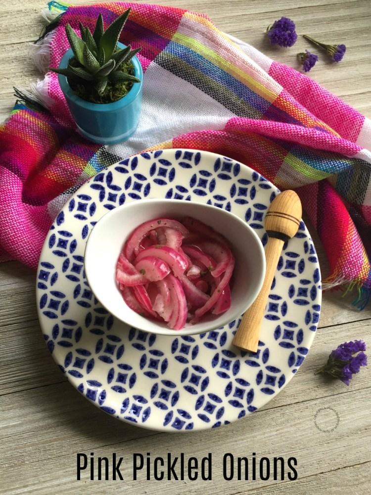 La cebollitas moradas son servidas junto con la cochinilla pibil