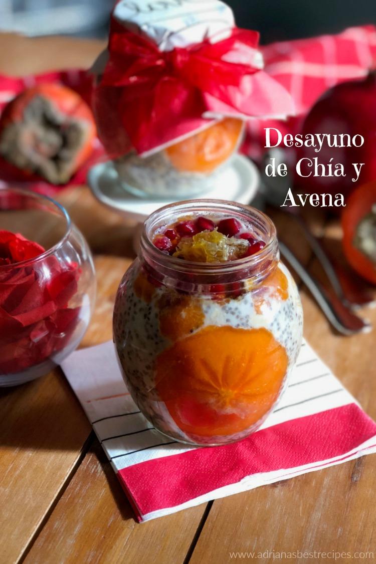 Desayuno de chia y avena está hecho con leche fresca, granada y caqui o pérsimo