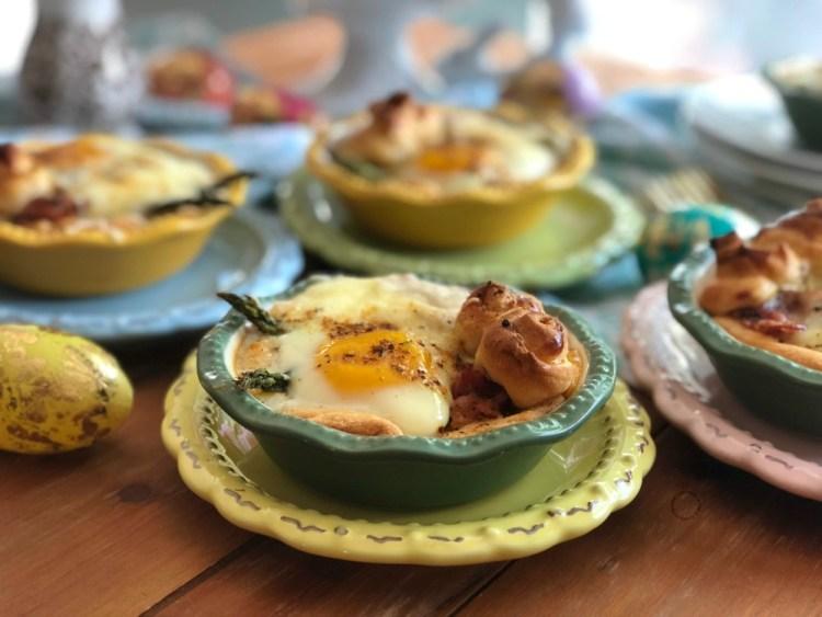 Los mini pays de huevo con espárragos y tocino listos en 30 minutos