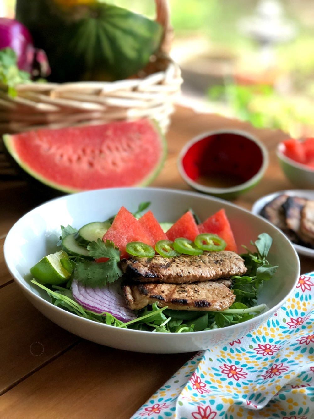 The watermelon salad with grilled pork chops is a complete meal ready in a few minutes