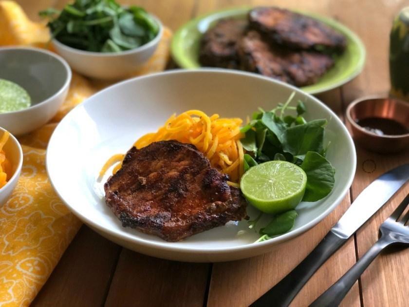 Esta es la receta para las chuletas de cerdo adobadas a la parrilla