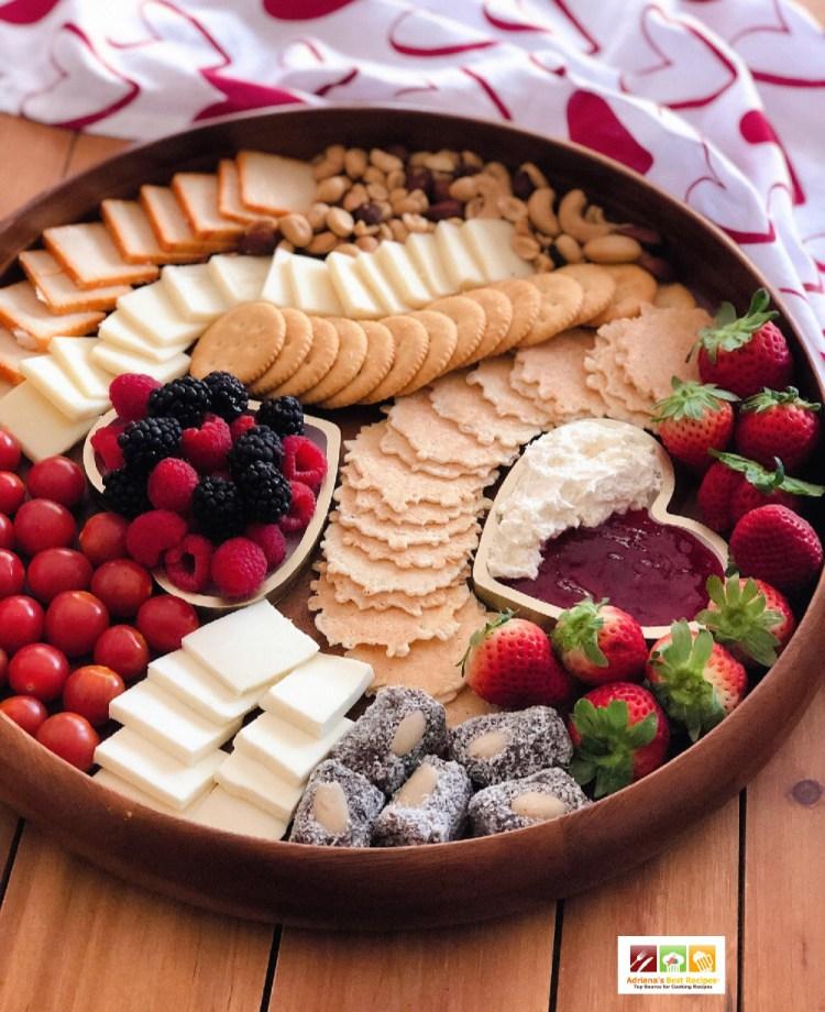Una tabla de quesos con opciones saladas y dulces