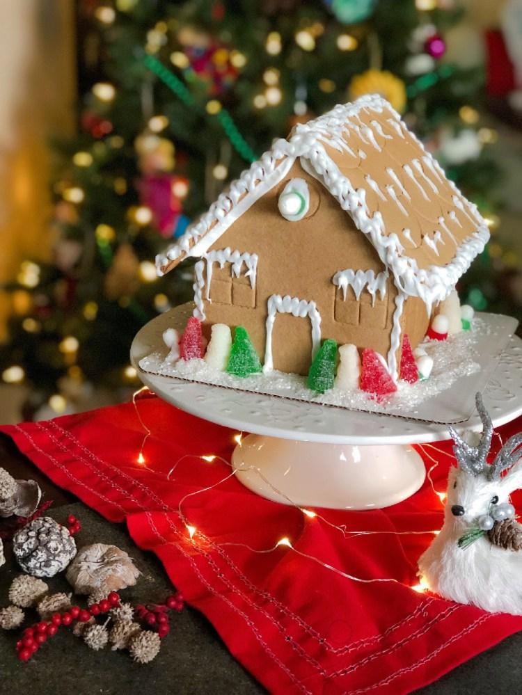Compartiendo nuestra tradición Navideña decorando casitas de jengibre