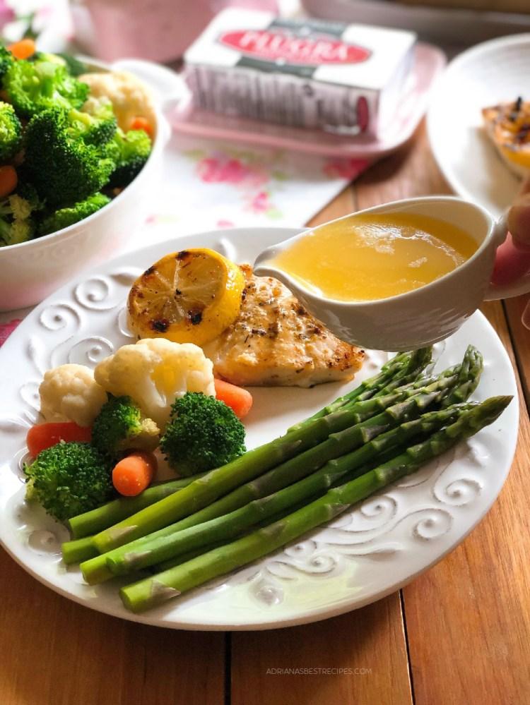 Bañamos el pescado y las verduras con una salsa de mantequilla estilo francés para el toque final
