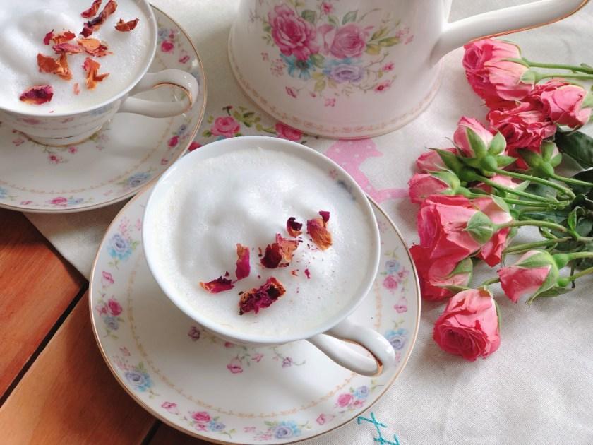 Celebrando el Día de la Madre con un té de rosas con leche hecho con pétalos de rosa, miel y leche de coco.