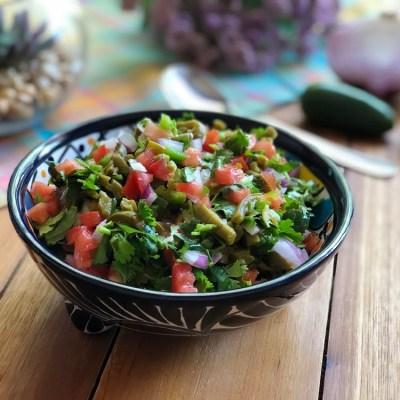 Esta es la salsa de nopales tiene tomate, jalapeños, cebolla, cilantro y comino