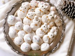 This is the easiest meringue cookies recipe serving those on a silver plate for Christmas