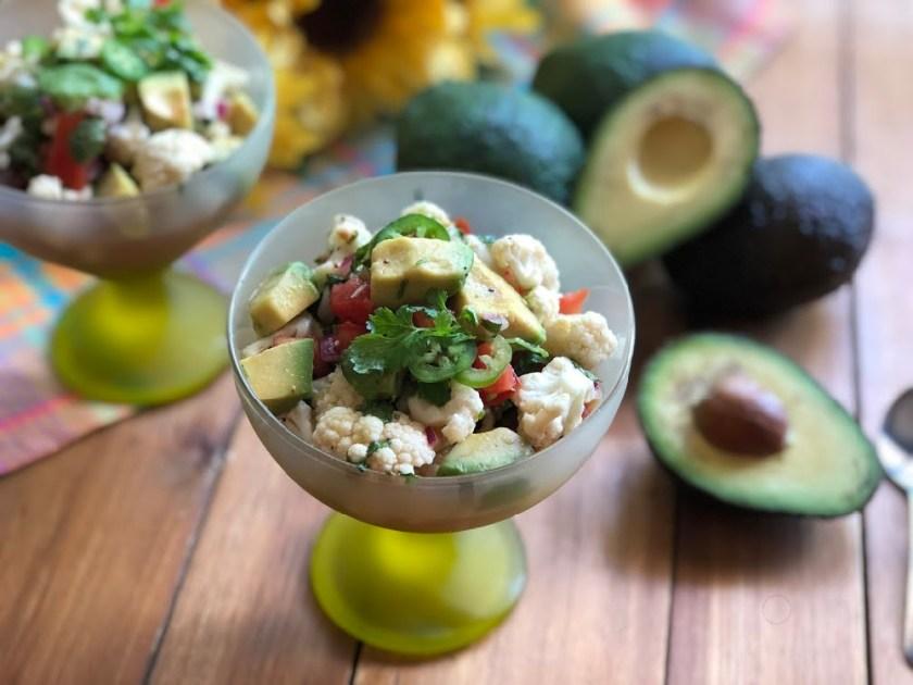 Ceviche Vegano con Aguacate y Coliflor una receta vegetariana y apta para una dieta que promueve la salud del corazón.