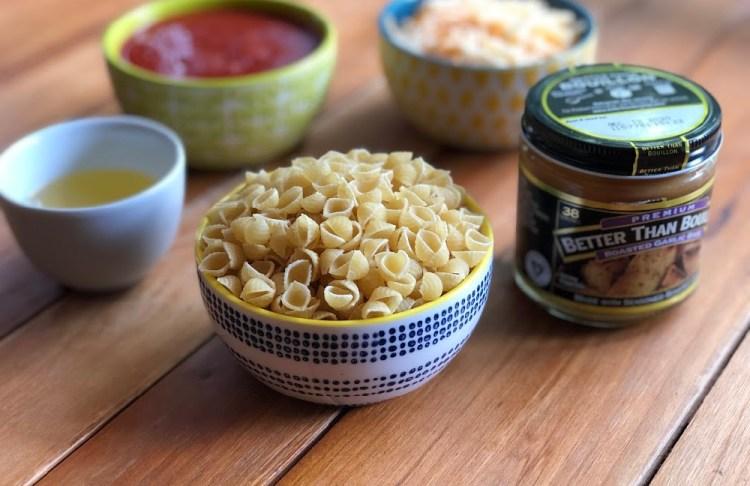 Los ingredientes para la pasta de conchitas con queso incluyen pasta seca, puré de tomate al estilo mexicano, base de ajo Better Than Bouillon, agua, aceite de cocina y queso.