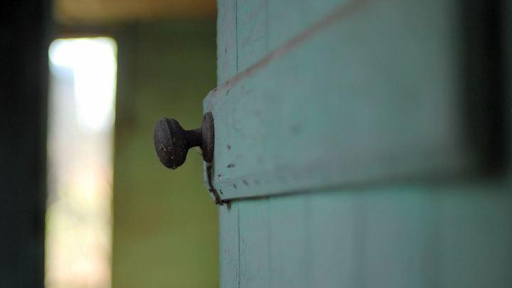 uși întredeschise