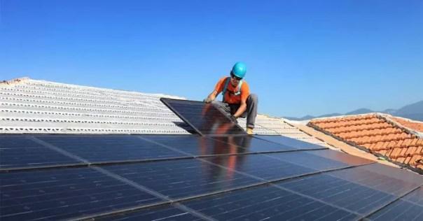 instalando panel solar impuesto al sol