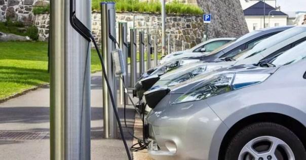 Las eléctricas quieren que el coste de los puntos de recarga sea un peaje en la factura