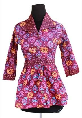Model baju atasan batik motif bunga untuk wanita gemuk