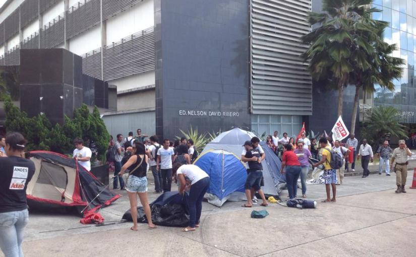 Professores, estudantes e técnicos das Universidades Estaduais fazem protesto por mais verbas