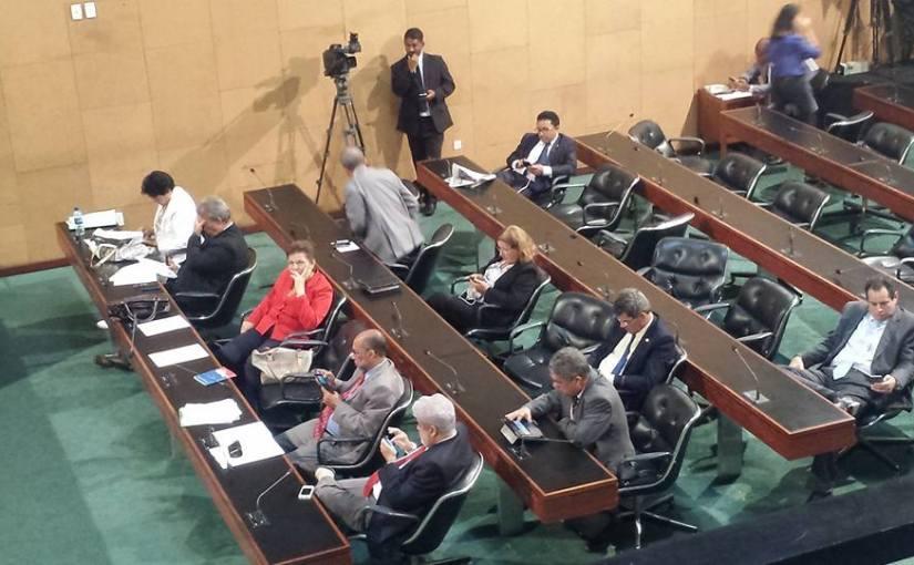 PEC que altera direitos dos servidores públicos tem votação adiada na ALBA