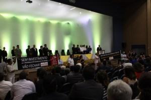 ADUSC realizou protesto pela reposição inflacionaria e restabelecimento ao adicional de insalubridade durante posse da reitoria.