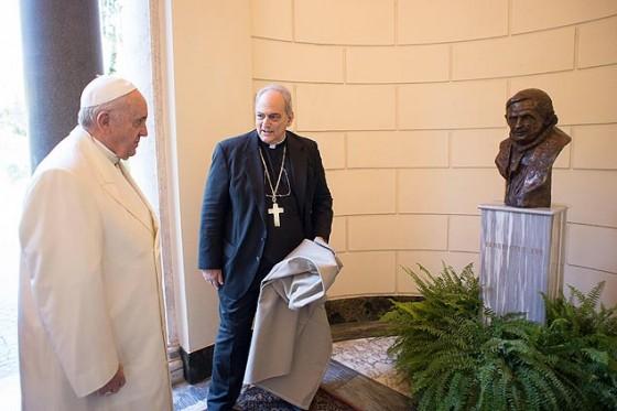 Papa Francisco inaugura busto do seu antecessor, papa Bento 16, no Vaticano