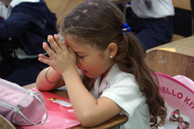 devojcica na molitvi