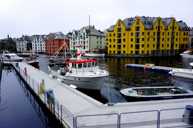 hurtigruten ms lofoten round voyage crossing the arctic circle alesund