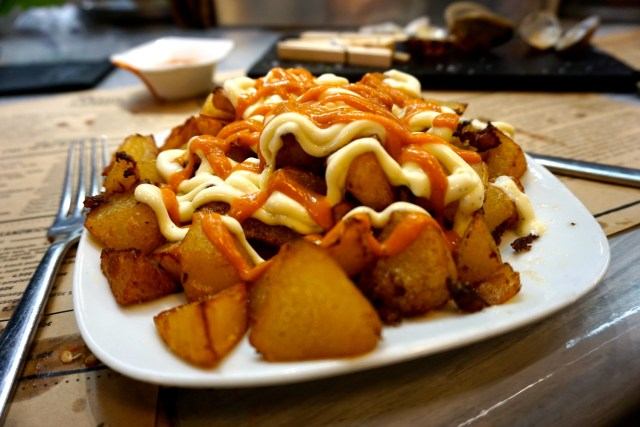 what to eat in spain patatas bravas
