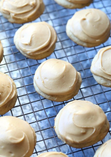 banana cookies with caramel frosting from cookies and cups