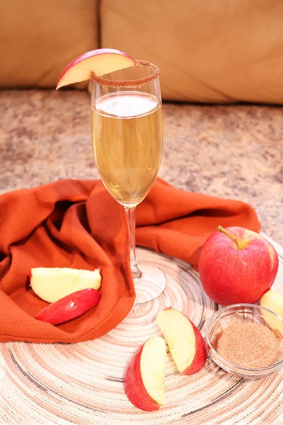 apple cider mimosas are perfect for hanging with friends for a holiday brunch or during afternoon cocktails at a Christmas party. Hints of cinnamon mixed with flavors of apple with the light bubbly of the champagne makes it a winning drink at any party!